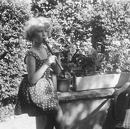 Angelika beim Flötenspiel