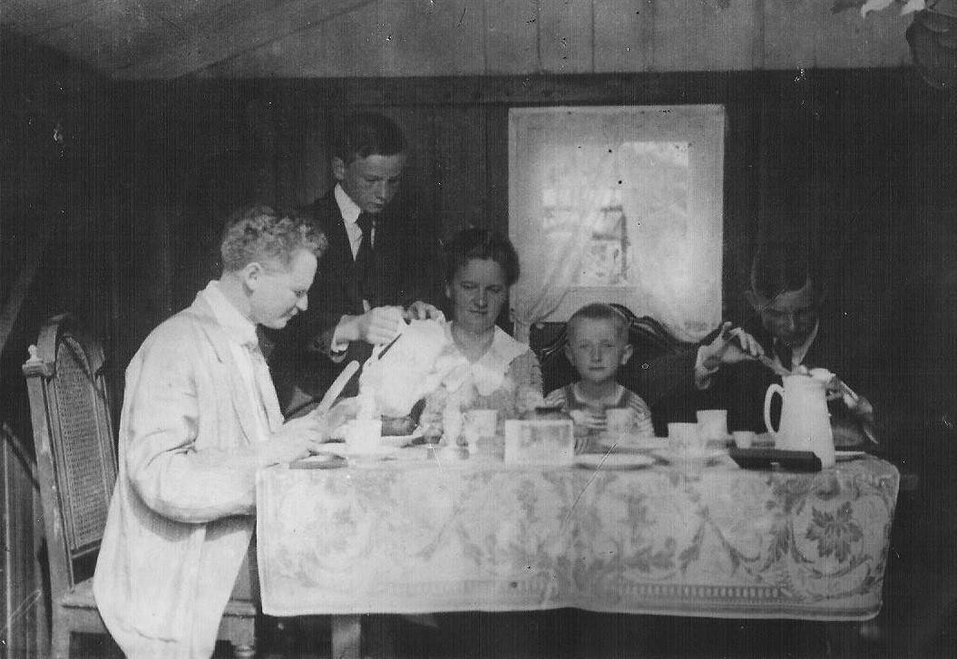 Familientisch mit Vater Ernst