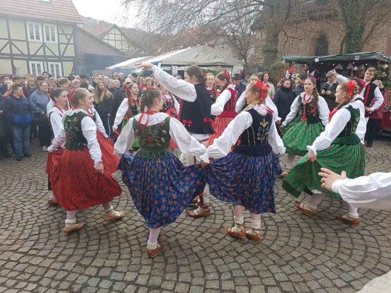 Auftritt Tanzgruppe Pormocze auf dem Weihnachtsmarkt in Hedemünden