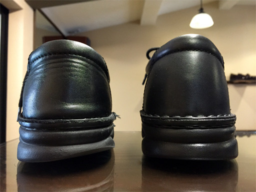 左:外側が減っています(お客様が履いておられる靴) 右:(新品)