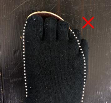 小指が完全にインソールから落ちていますし、捨て寸もないので×です