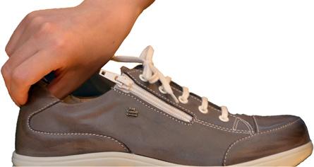 靴のかかとには「カウンター」と呼ばれる心材が入ることで安定感が増します