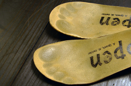指先が靴に当たらないように、つま先の前に1cm程度の余裕(捨て寸)を保ちましょう