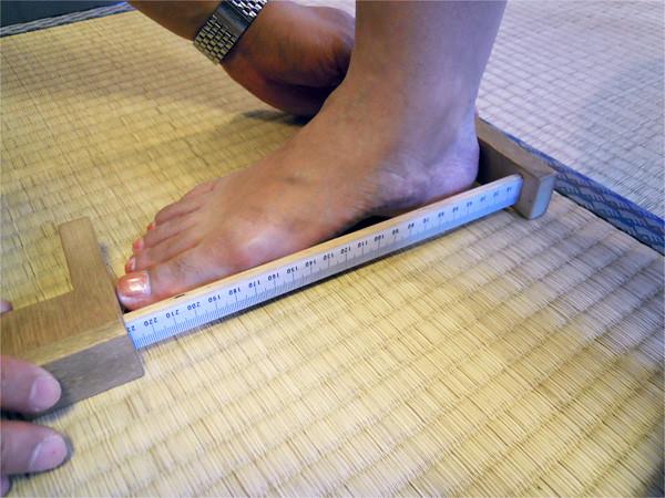 足部を計測する様子