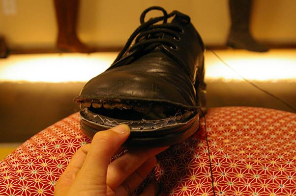 修理中の1枚。靴先の内張りがまるで歯のようで笑ってしまいました^^