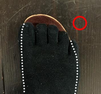 小指が多少はみ出していますが落ちてはいません
