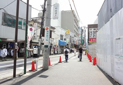 登戸駅前再開発中の街並みの中のナカヤマ薬局