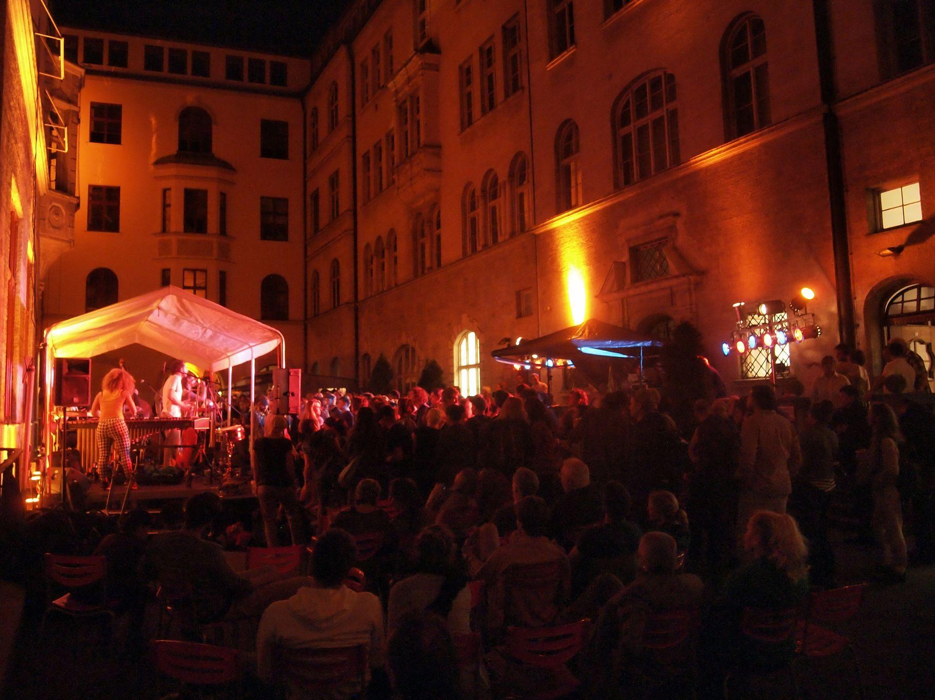 Konzerte im Bürgerhof 04.07.2013 - Freiwilligen-Zentrum Augsburg - Foto: Robert Hösle