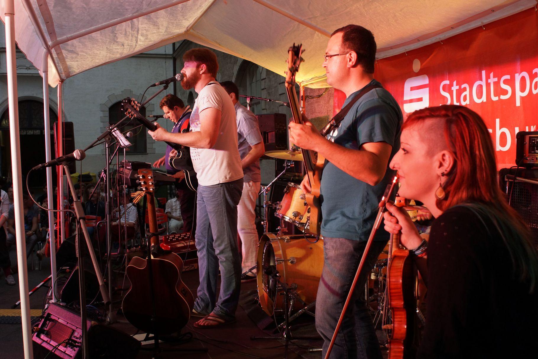 Konzerte im Bürgerhof 06.07.2013 DAS GLÜCK - Freiwilligen-Zentrum Augsburg - Foto: Crayfish