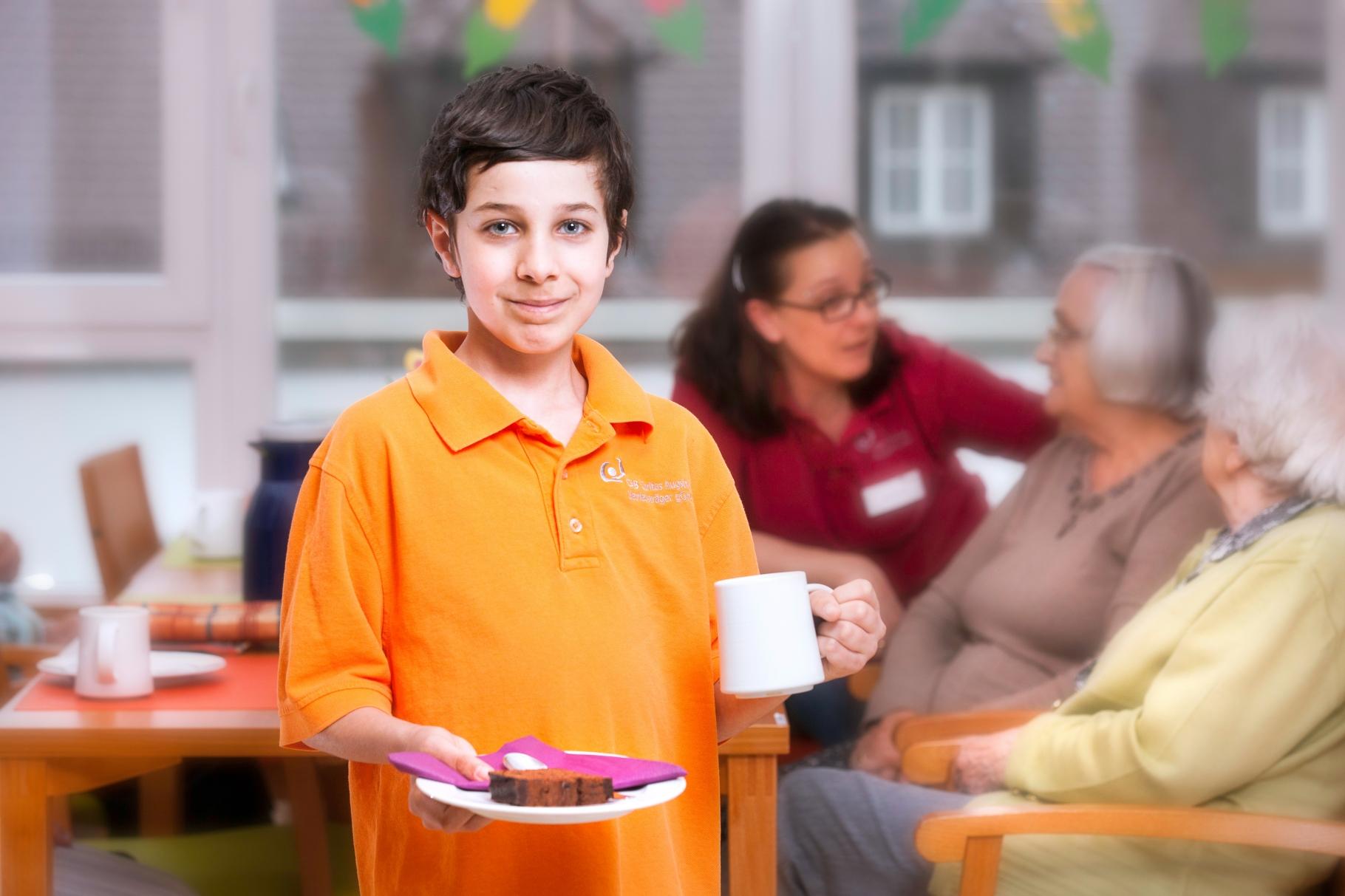Gianluca bei seinem Einsatz im Seniorenheim - Foto: Christina Bleier - Freiwilligen-Zentrum Augsburg