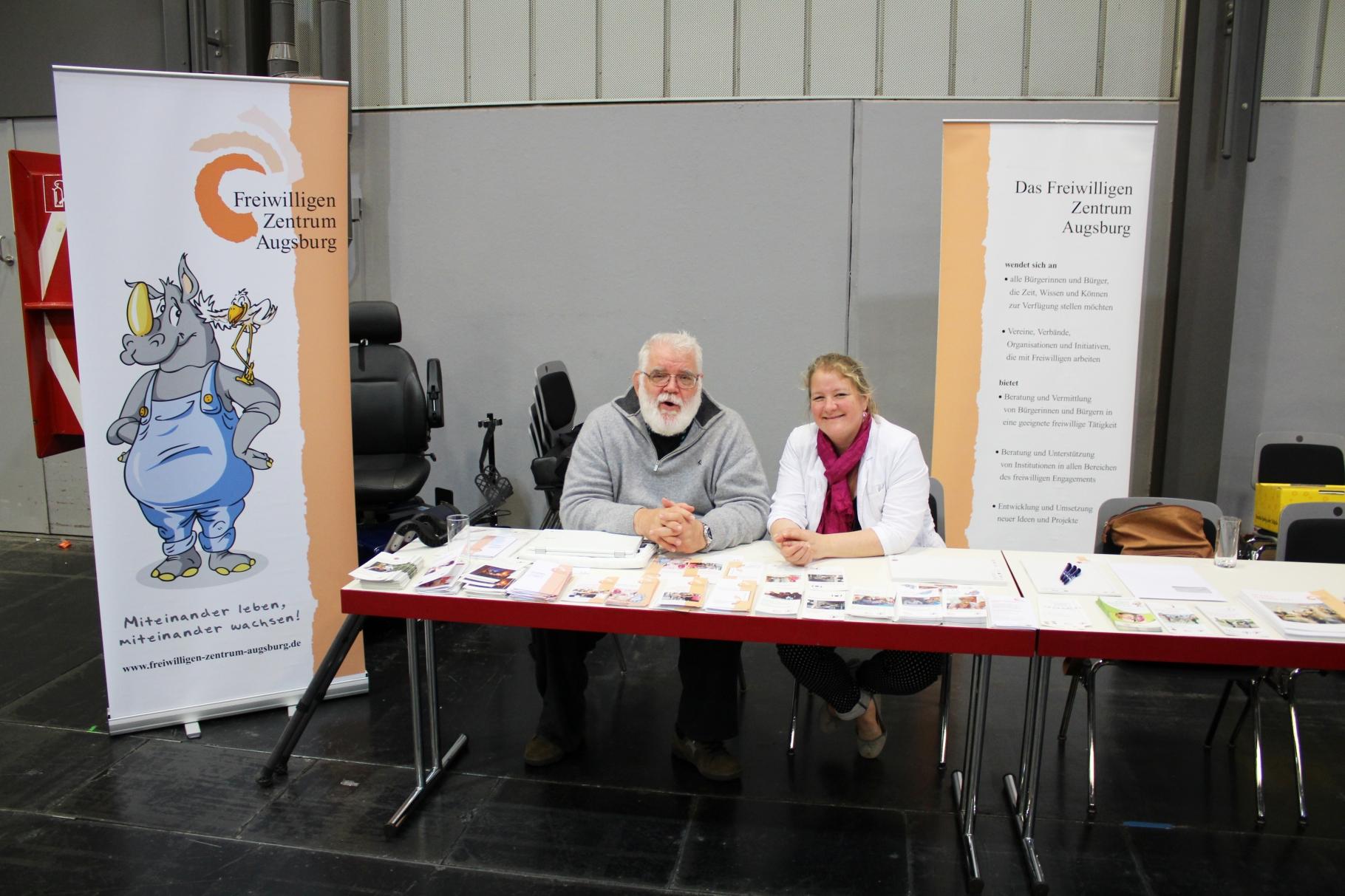 """Das FZA war vertreten auf der Berufsbildungsmesse`vocatium` vom 16.5. bis 17.5.2017 in Augsburg. Die Engagementberatung informierte über """"junges"""" bürgerschaftliches Engagement. - Foto: Freiwilligen-Zentrum Augsburg"""