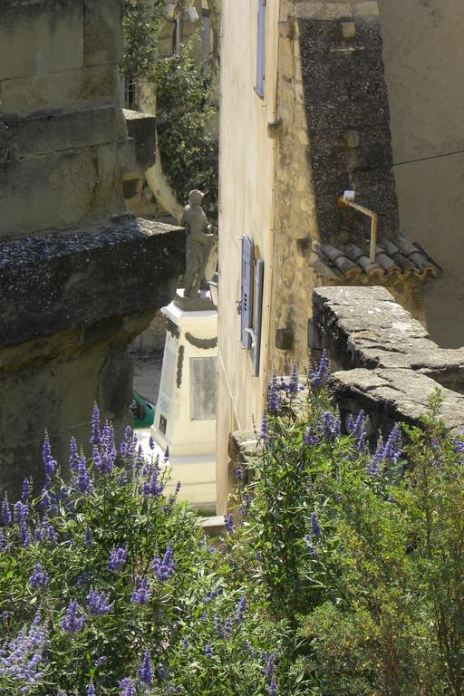 En arrière plan au centre, monument aux Morts