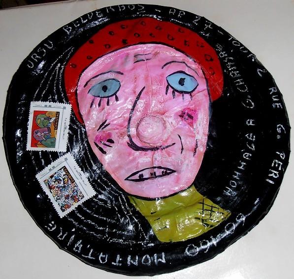 ce disque fait d'assiettes en carton collées avec une boule pour le nez entre les deux  est une oeuvre d'Art Brut en hommage à Chaissac...
