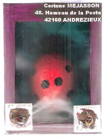 coccinelle taillée dans un bloc de polystyrène et peinte dans une boîte au couvercle transparent