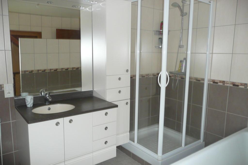 Premier étage: salle de bain (douche,baignoire et WC)