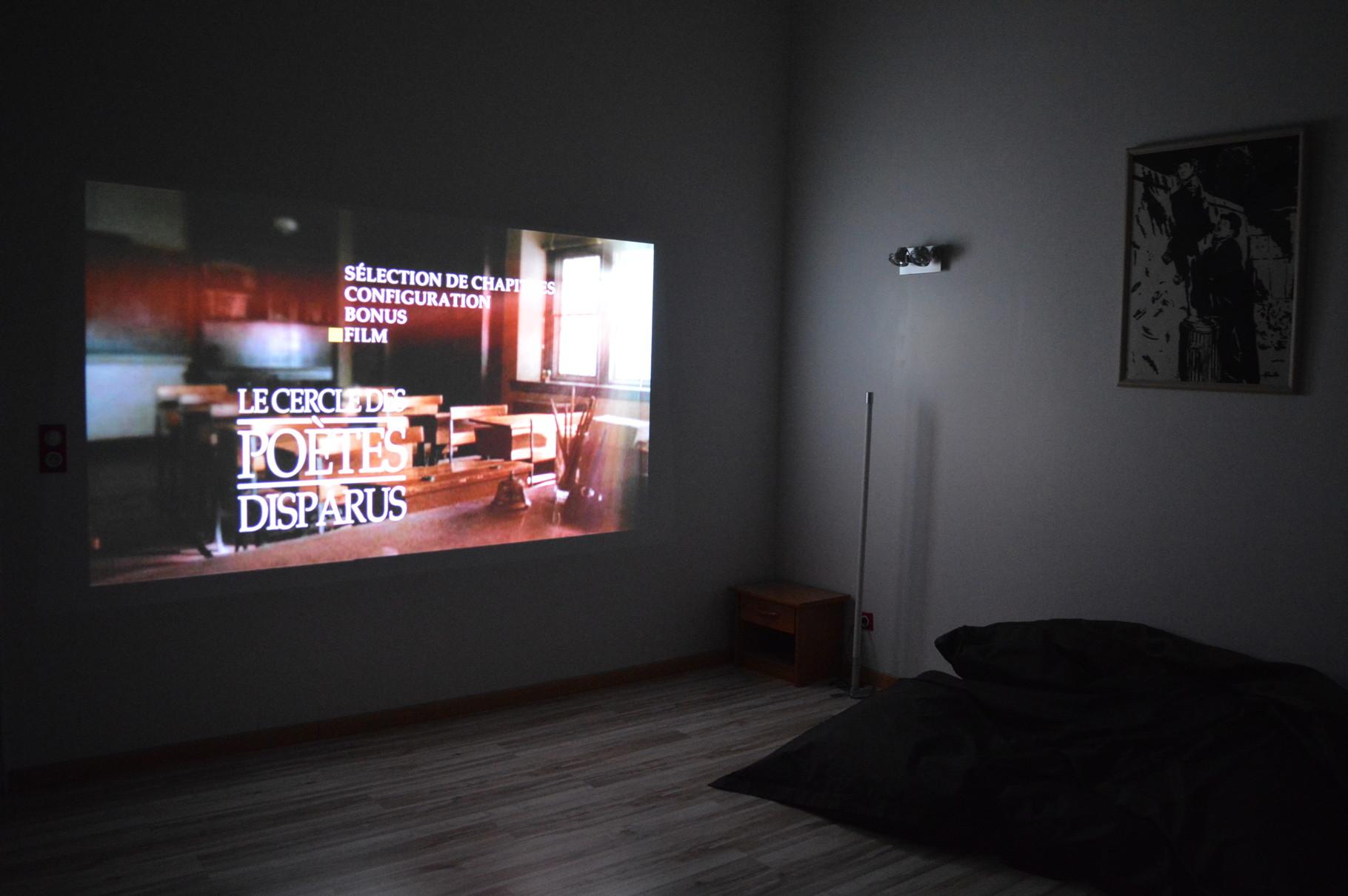 Deuxième étage: espace détente avec video projecteur
