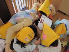 防災頭きんを被る子どもたち