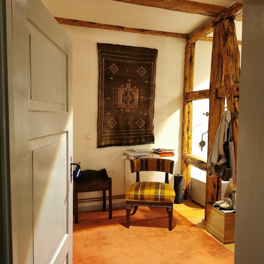 Alter Sessel in altem Haus - mit neuem Stoff.