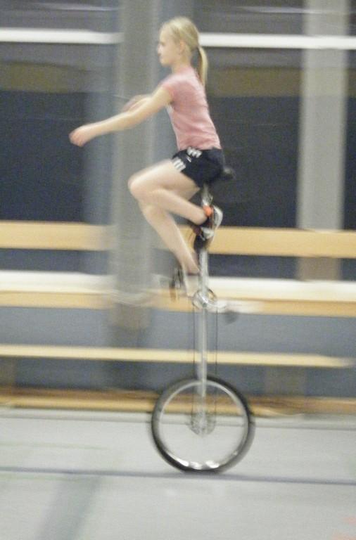 Einbein auf Hochrad, linkes Bein an Stange