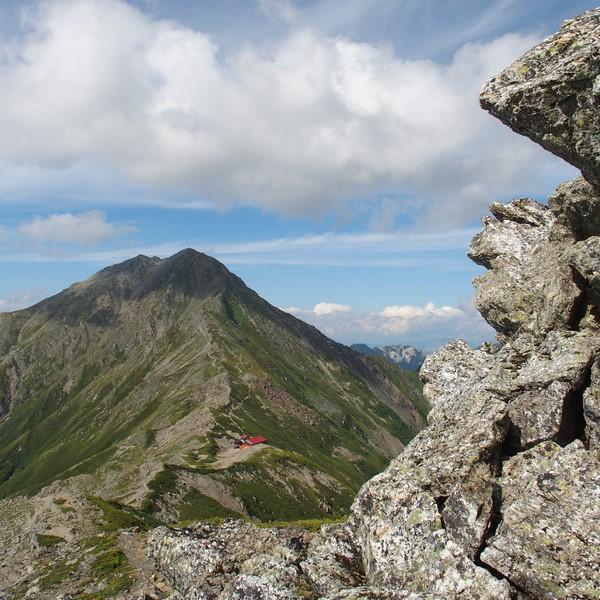 今夜の宿ももうすぐそこ・・・北岳と人の顔をした巨岩の間に地蔵岳のオベリスクが見える。