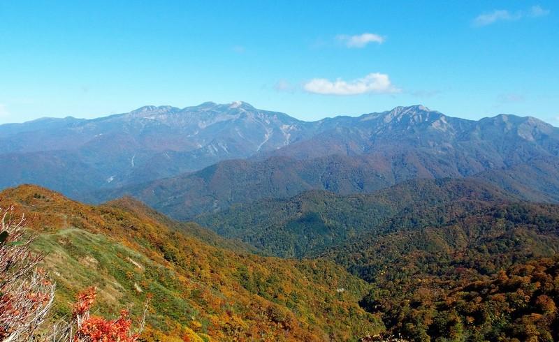 お昼ごろ雲が途切れた。手前の紅葉の山と白山連山・・・周りの人たちと共にしばし見とれていました。