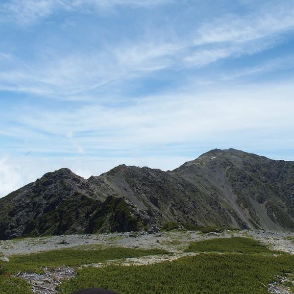 3000m超の尾根の双耳峰・・・その先に間ノ岳がある。