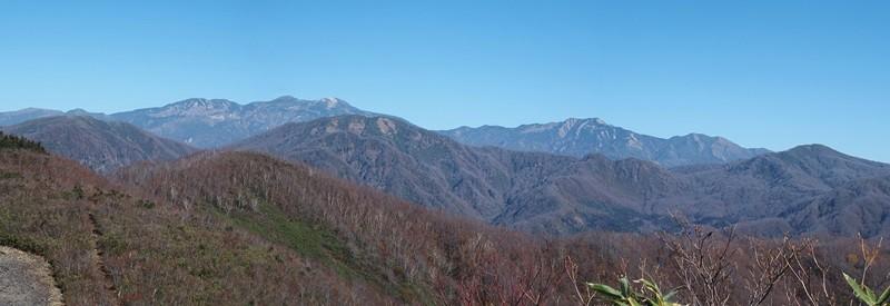 白山の大パノラマです :真っ青の秋空の中に四塚山~大汝ヶ峰~御前ヶ峰~別山~三ノ峰が一望です。        手前に加越国境の鉢伏山・大長山・赤兎山もで~んと。一番手前の△山が伏拝み山です。
