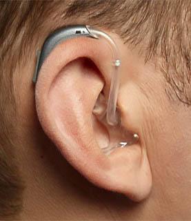Ohr mit Hörgerät vom Hörgeräteträger ( Hörgerät mit T-Spule )