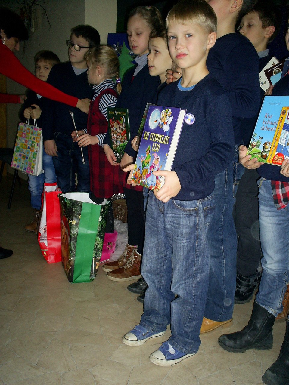 Mokiniai, kurie atnešė ir padovanojo bibliotekai knygų