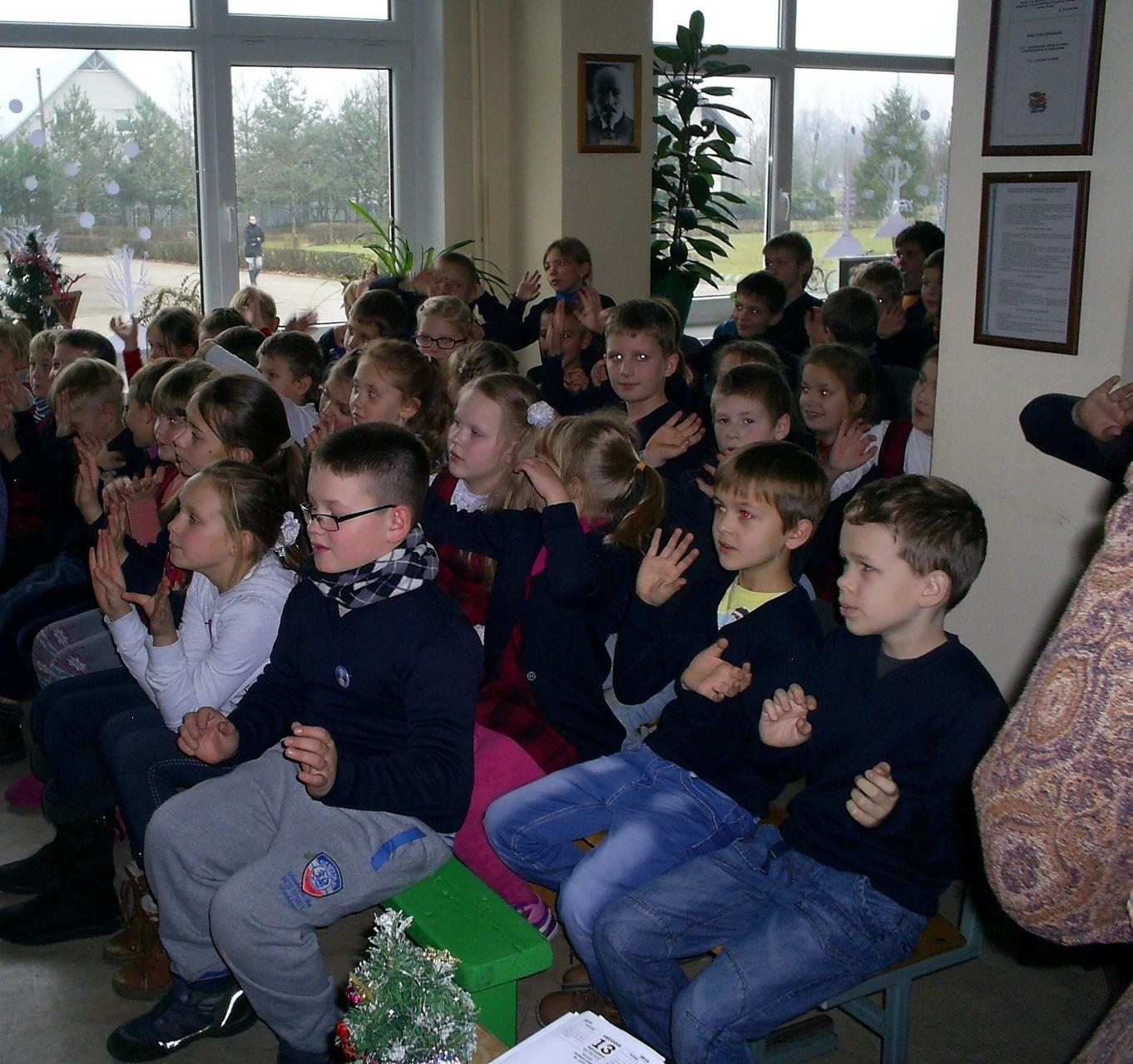 Vaikai dainuodami kvietė sniegą