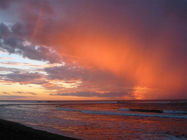 Ciel de veille de cyclone (à voir et lire sur le blog défense patrimoine Reunion974's   https://dpr974.wordpress.com/2013/01/13/en-plein-coeur-du-cyclone/