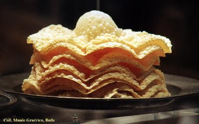 Pâtisserie : merveilles Pâtisserie à base d'œufs, de farine, de beurre et de crème, se présentant le plus souvent sous la forme de disques très minces, boursouflés et très friables, frits dans l'huile et saupoudrés de sucre glace