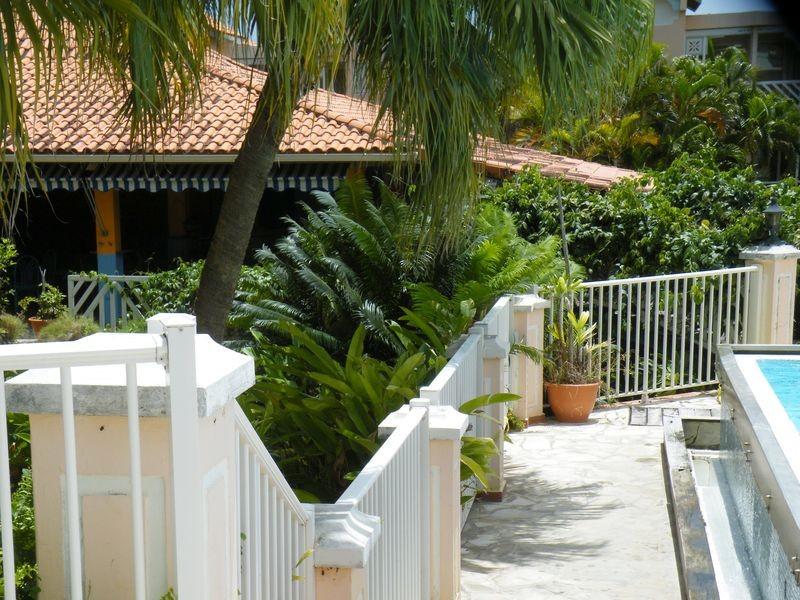 Pont reliant la piscine et le restaurant