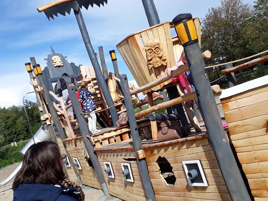 Direkt nach der Taufe enterten kleine Piraten das Schiff.