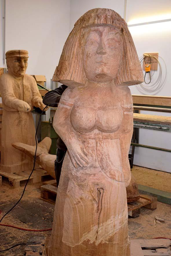 Aus Holz geschnitztes Blumenmädchen