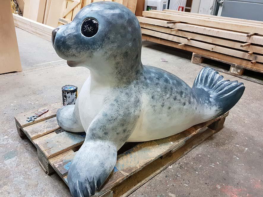 Ein Seehund als Produkt künstlerischer Holzgestaltung.