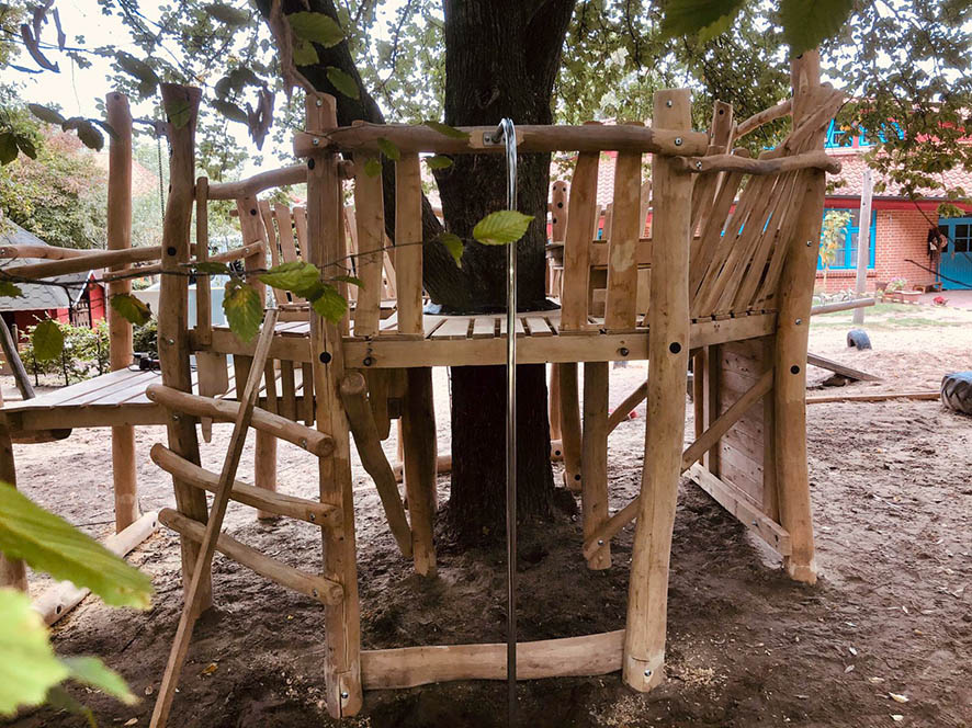 Der Baum wird komplett umschlossen, aber in der Mitte lässt das Podest Platz zum Wachsen.