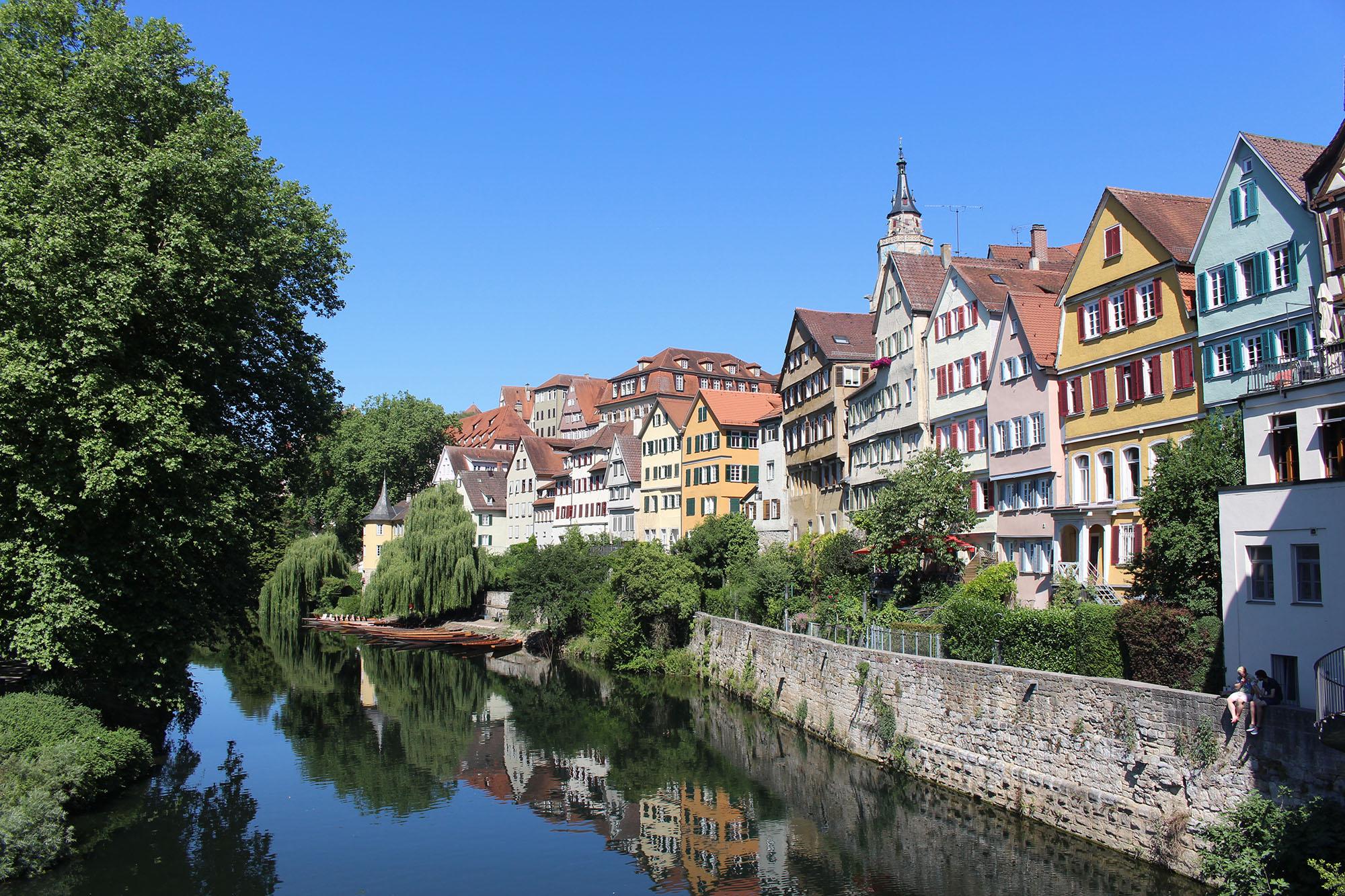Wunderschöne Häuserfront direkt am Neckar – typisch Tübingen.