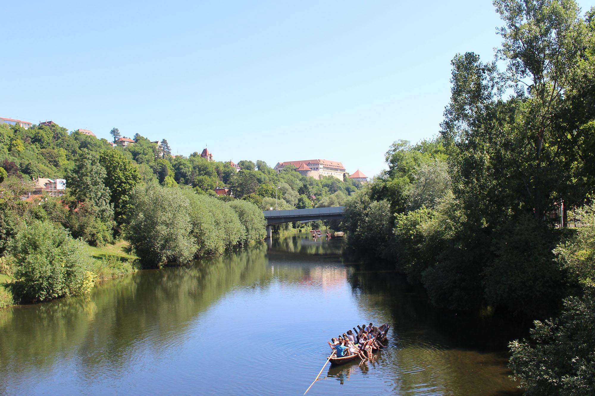 Mit dem Stocherkahn über den Neckar.