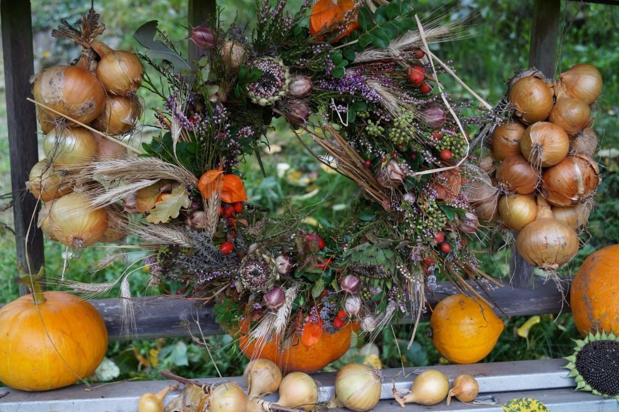 Herbstkranz und Zwiebeln