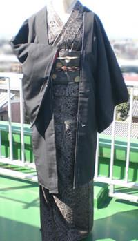 ▲前回登場の大島乱菊、 黒羽織りをプラスして少し控えめに。 米沢のお召しの着尺地を羽織りにした。
