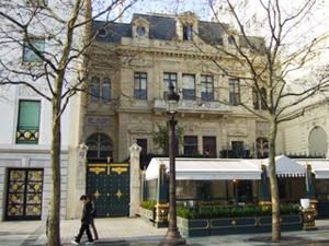 シャンゼリゼ通りに面した黒と金の鉄門。当時の有名文化人を乗せた馬車の出入り口だった