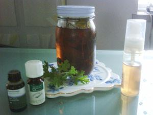 集中力アップの助っ人、4種のハーブ水。そして、エッセンシャルオイル(ラベンダーとレモングラス)。