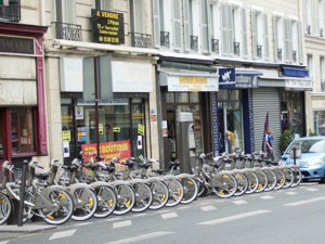 セーヌ左岸、サンジェルマン•デ•プレ(学生街)の一角は、夏休みで観光客の利用を待っている。