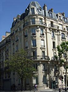典型的オスマン様式のアパート。前面両端にある丸屋根は、オペラ座界隈オスマン通りにあるギャラリー・ラファイエット等のデパートに類似屋根が存在する。