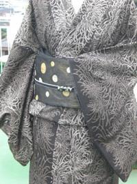 ▲9マルキ総絣の泥大島。 乱菊がゴージャスなので、 普段着と言うよりパーティにも向く。 帯も泥染糸を使った 3重の風通織りのおしゃれな袋帯。