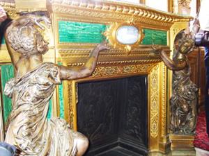 緑オニックス、金の賦取り、銀の彫刻。これは暖炉なのだ。