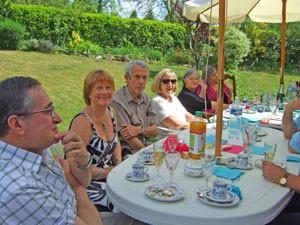 5月というのに夏の陽気。ご近所と我が家の庭で。フランスの男族は女と同じにおしゃべりである。