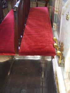 赤ビロードの椅子をすべらすと、ジンクの風呂桶が現れる。 金製の3つの蛇口。