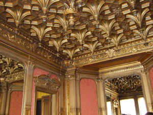 ラ パイヴア夫人の居間天井の木製金ばりのとがった先端の1つ1つにガス灯が付けられていた。